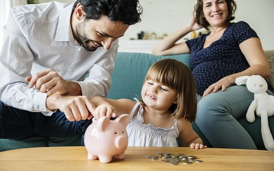 Выплаты семьям с детьми в 2020 для государства являются одной из приоритетных мер поддержки населения. Поддерживают женщин, которые готовятся уйти в декрет, семьи, где только что родился ребенок, малоимущие семьи с детьми, многодетные и, безусловно, те, которые вынуждены посвящать еще больше времени уходу за ребенком ввиду наличия инвалидности. Также особое внимание государство уделяет поддержке детей, оставшихся без одного или двух родителей. Рассказываем про все выплаты семьям, имеющим детей, в этой стать